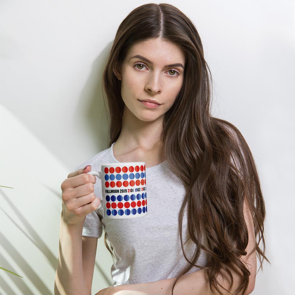 tasse_rotblau_mockup_Woman_Lifestyle_11oz